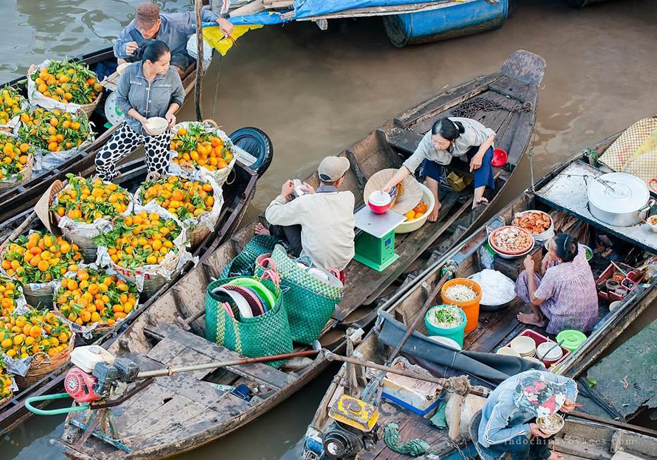 Early sunshine, fresh produce, what a colorful Mekong floating market is like.