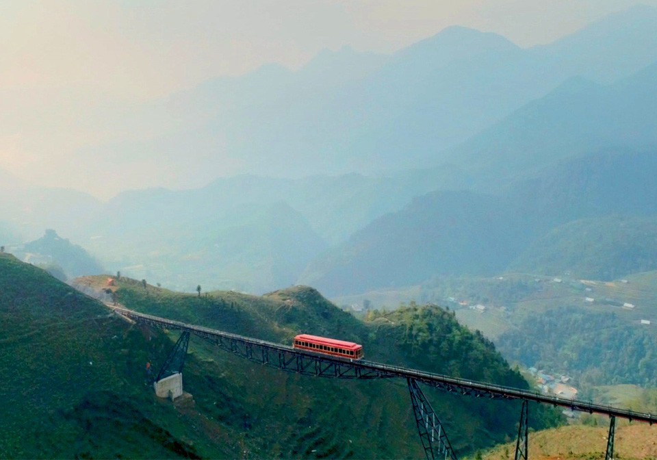Sapa mountain climbing train